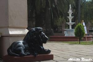 La entrada de la iglesia está custodiada por leones