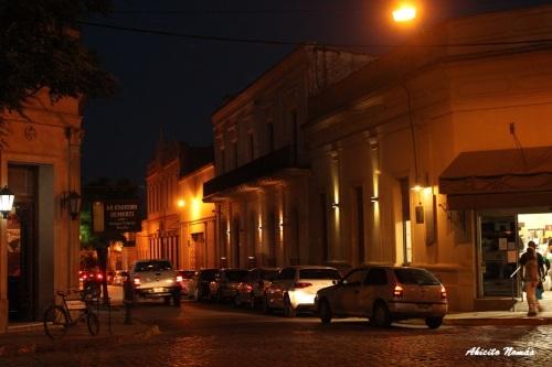 El movimiento y luces de los autos contrastan con las edificaciones coloniales