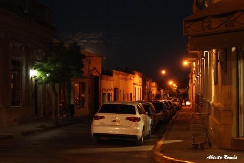 Las calles de Areco son tan pintorezcas durante el día como por la noche.