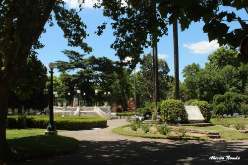 La plaza Arellano, frente a la iglesia, se mantiene por demás prolija.