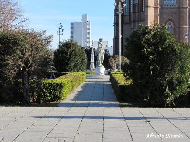Estatua a lo lejos