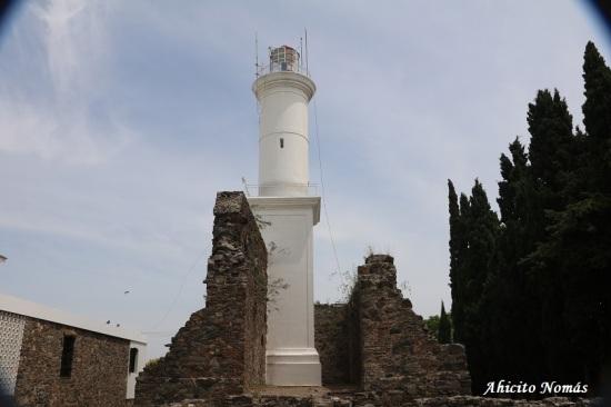 Faro y ruinas convento