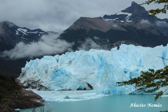 Glaciar sobre la costa a lo lejos