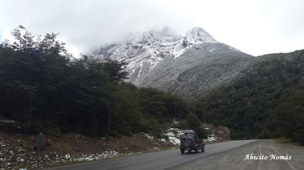 Nieve y nubes saliendo a la ruta