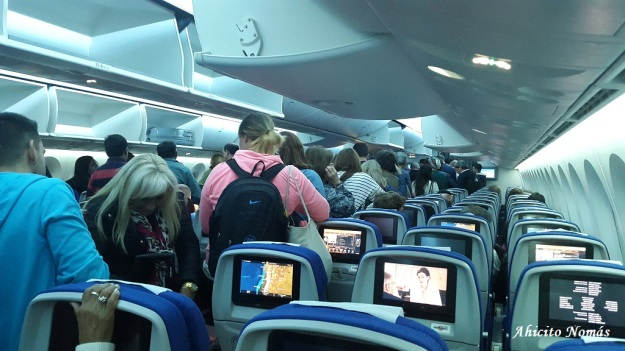 La cabina Economy del B787, en plena operación de desembarque de los pasajeros, como adelanto del próximo post.