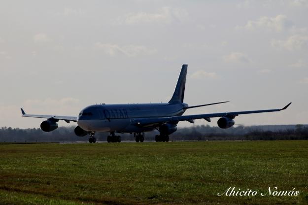 A340 A7-AAH gira en cabecera