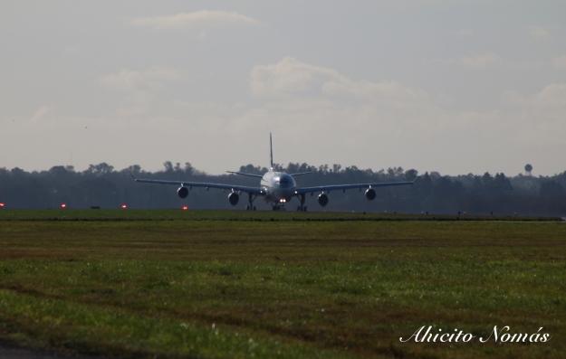 A340 A7-AAH rodando por pista