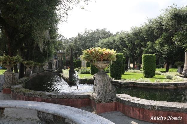 Canal en los jardines