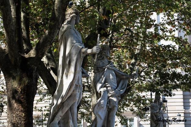 estatuas-frente-al-palacio