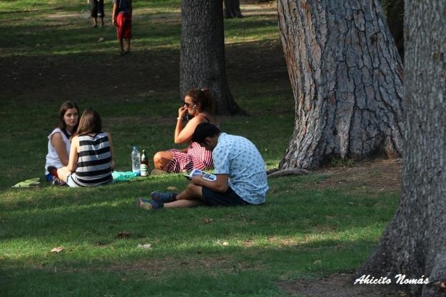 leyendo-en-el-parque